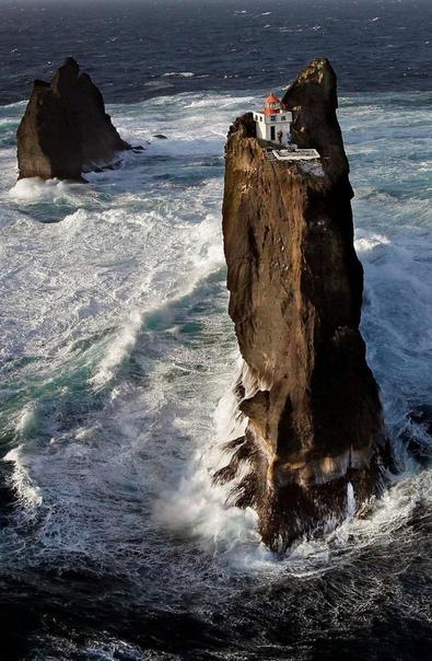 Маяк Тридрангар, Архипелаг Вестманнаэйяр, у южного побережья Исландии. Интересно, как туда залезть
