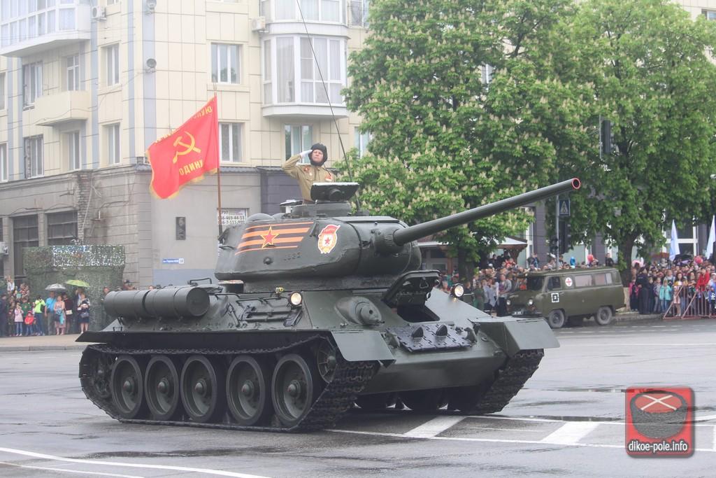 Парад в честь Победы в Великой Отечественной войне прошел в Луганске (ФОТО)