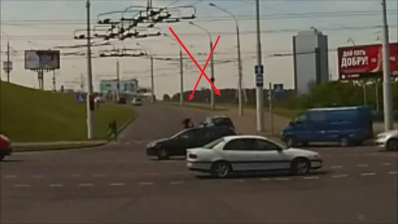 Велосипедист идет на таран БМВ. Обгон на красный на перекрестке
