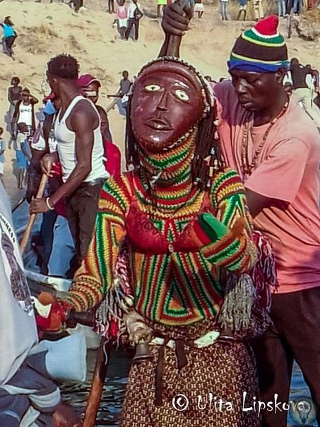 МАСКАРАД И МАКАБРИСТЫ Африканское солнце облизывало этот день с особенной страстью. Сквозь водяную мру я смотрела на себя в зеркало заднего вида в кабине грузовика, следовавшего запутанным