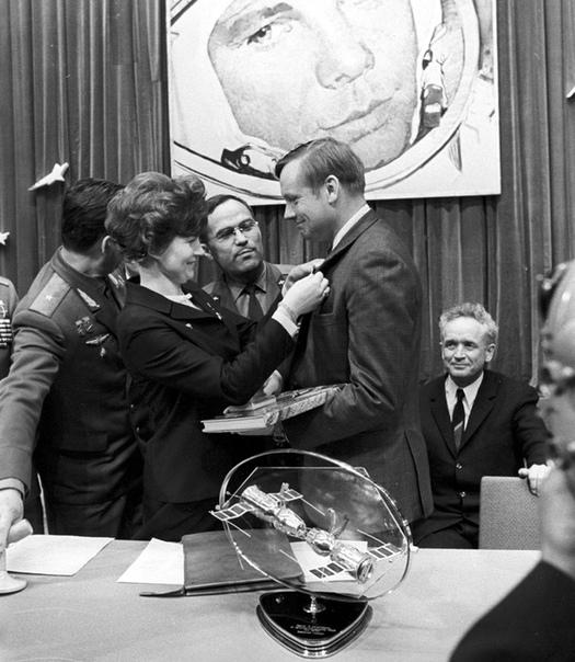 Первая женщина - космонавт и первый человек, побывавший на Луне