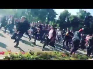 Люди бегут на концерт rammstein [nr]