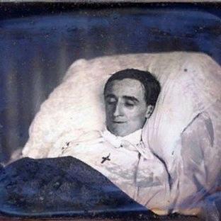 Чего стоит ожидать, если покойник в гробу улыбается Наверняка, у некоторых бывало, что умерший человек чуть-чуть приоткрывал глаза, улыбался или вообще у него менялось выражение лица. Этому есть