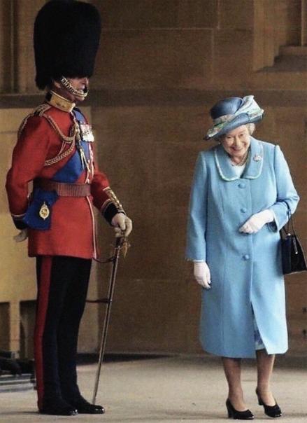 Королева Елизавета в момент, когда поняла, что ее 98-летний муж переоделся в королевского стража, чтобы разыграть жену. Любовь, как она
