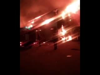 Сегодня, около половины четвёртого утра, на Украинской в Южно-Сахалинске произошёл масштабный пожар. Загорелся продуктовый склад