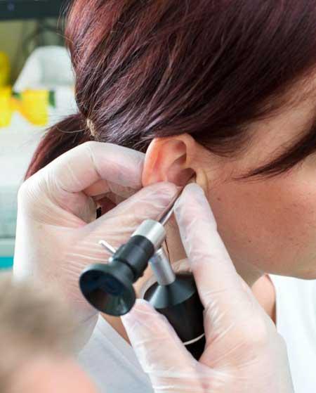 Аудиолог должен проверить потерю слуха пациента, прежде чем он или она получит право на участие в недорогих программах для слуховых аппаратов.