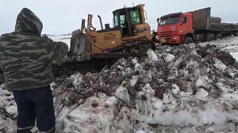 Чистим снег. Вытаскиваем погрузчик из грязи
