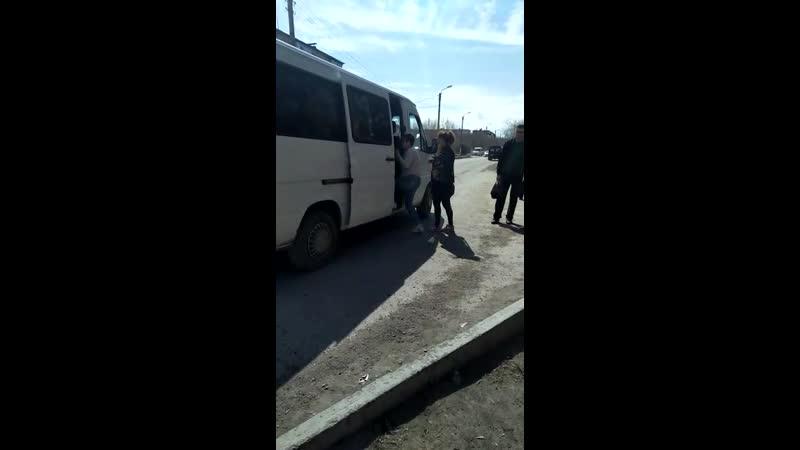 5) водителя белого микроавтобуса, ГРНЗ 369 VMA 09, который 11.04.2019 г., в 13 ч.50 м., на остановке «МАКС» нелегально взял на б