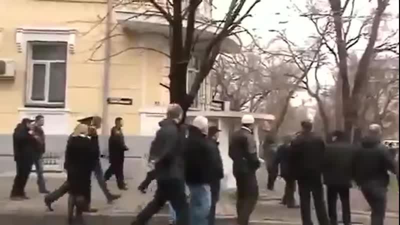 Мариуполь.13 апреля,2014.Стычка с правосеками и их бегство