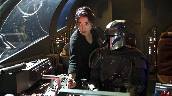 Режиссер Дебора Чо даёт указания Педро Паскалю на съёмочной площадке третьего эпизода «Мандалорца»