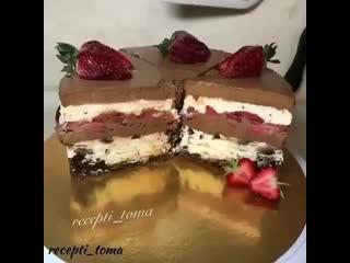 Торт с брауни, муссом и клубникой