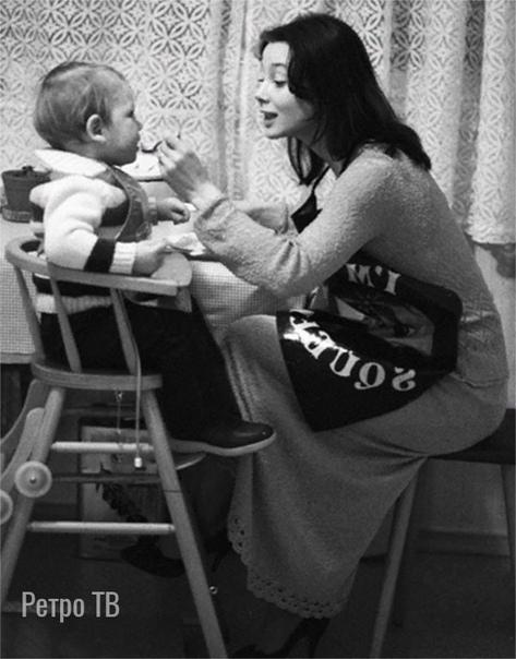Галина Беляева кормит сына Эмиля. 1982 год. Фото Владимира Вяткина