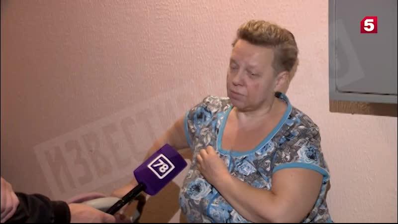 Петербурженка выбросила из окна мебель и груду вещей