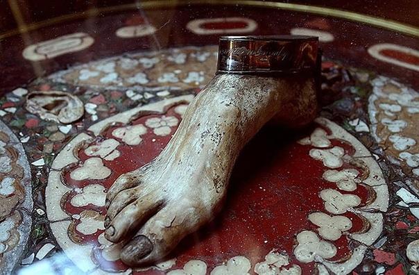 В анатомическом музее Флоренции можно увидеть стол, который целиком сделан из человеческого тела Его изготовил итальянский врач Эфизио Марини, живший в XIX столетии. Этого эскулапа очень