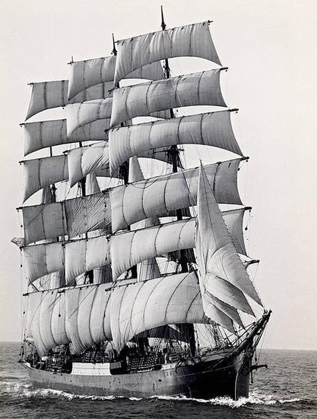 На этом снимке 1949 года в буквальном смысле запечатлена уходящая эпоха  это последний крупный торговый парусник «Памир» огибает мыс Горн в проливе Дрейка в Южной Америке
