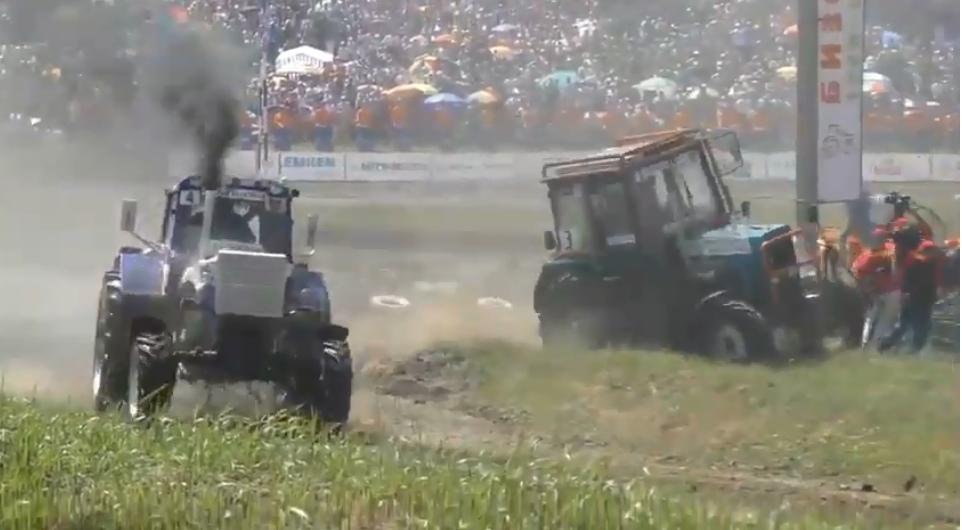 Трактор влетел в толпу журналистов в Ростовской области