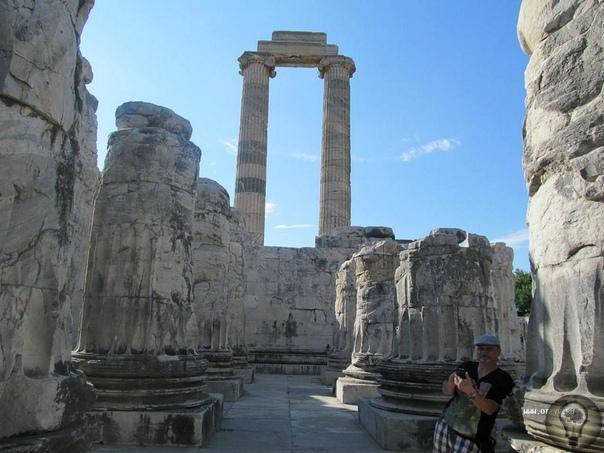 Крупнейший храм Аполлона в мире Не все любители Турции слышали о таком местечке, как Дидим, но именно там расположено здание самого большого святилища, построенного в честь Аполлона. В далекие