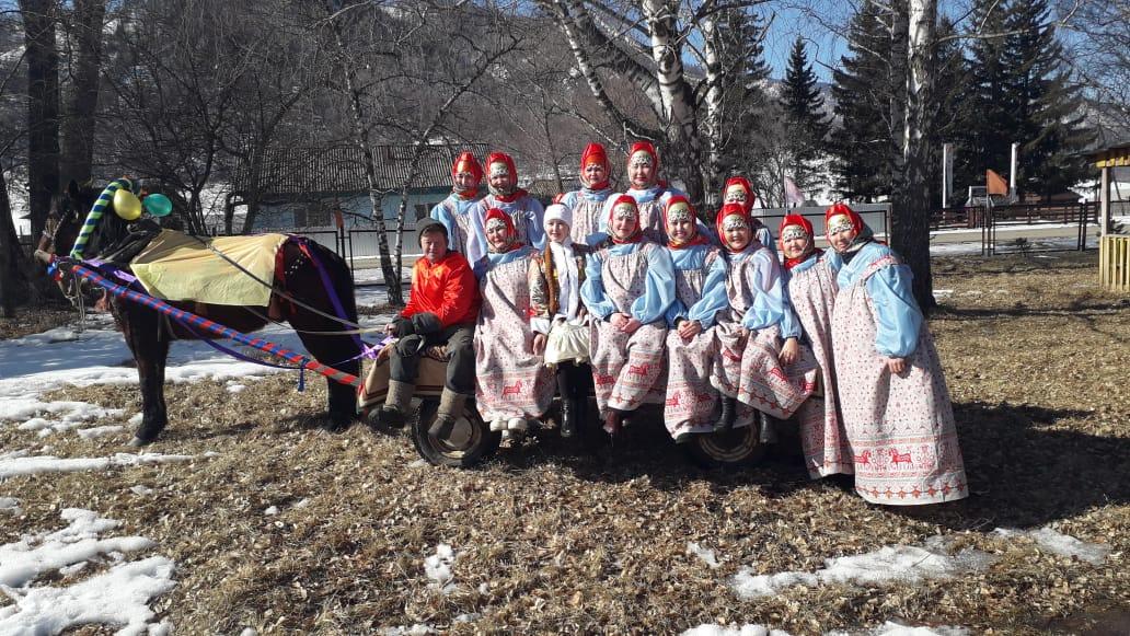 Танцевальный коллектив организаций села Усть-Кан на Масленице в селе Коргон.
