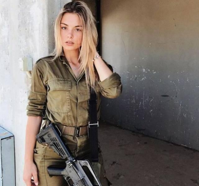 Должны ли девушки служить в армии: да или нет?