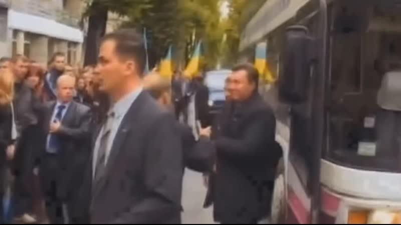 Янукович упал от удара яйцом
