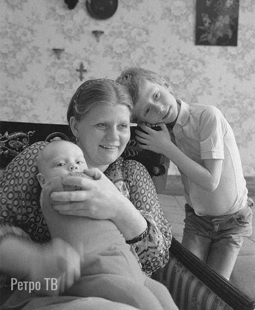 Актриса Ирина Муравьева с сыновьями 1983 год. А в каких фильмах она вам запомнилась Спасибо за и подписку.Личная жизнь Ирины Муравьевой была связана с судьбой её супруга Леонида Эйдлина. Супруги