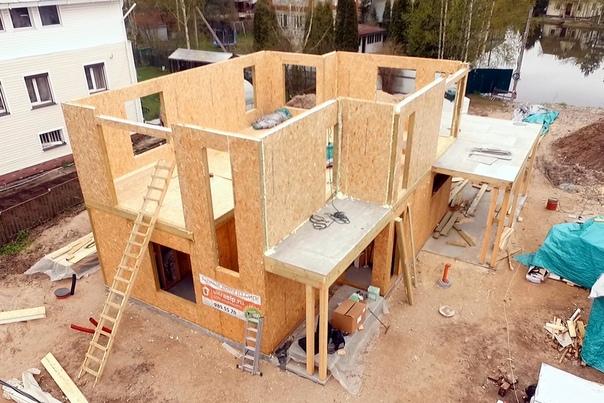 Растет дом #ультрасип_большие_пороги 👌🏻 Собрано межэтажное перекрытие, стены второго этажа, балкон и терраса.