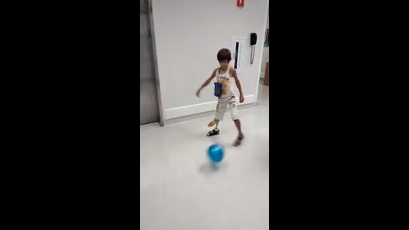 Илья играет в футбол на физиотерапии (архив)