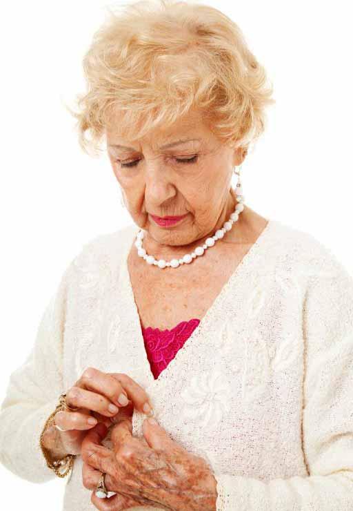 Человек, страдающий от артрита, может испытывать трудности при выполнении основных задач, таких как одевание.
