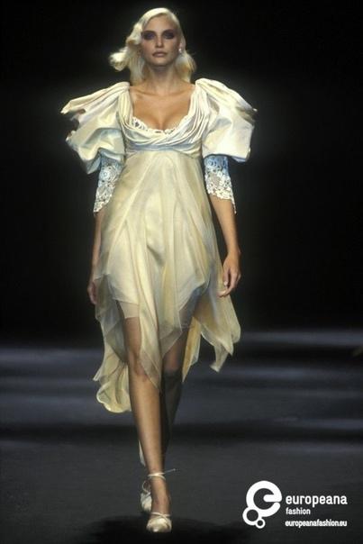 Надя Ауэрманн - любимая модель Тьерри Маглер и самая длинногая модель 90х. Часть 1 C 1997 по 1999 год была включена вКнигу рекордов Гиннессакак обладательница самых длинных ног среди