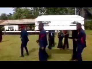 Негры танцуют с гробом пиздец