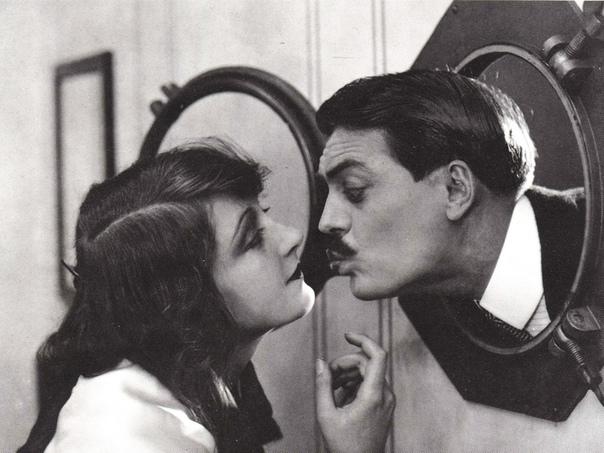 ТАИНСТВЕННОЕ САМОУБИЙСТВО ГЕНИАЛЬНОГО КОМИКА 31 октября страшно, загадочно и эффектно покончил с собой комик немого кино, предтеча Чарли Чаплина Макс Линдер (1883-1925). Смерть его не породила