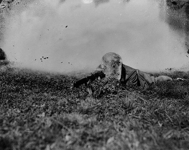 Немецкая стальная маска снайпера, у которой есть вырез на правой стороне, позволяющий стрелку держать винтовку