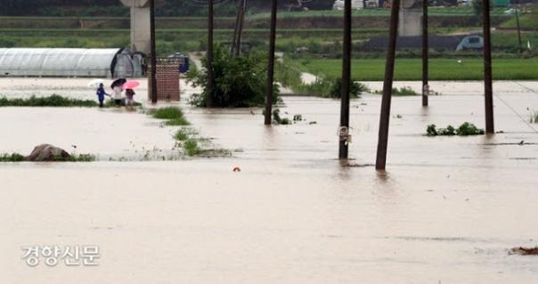 Половина страны в изнуряющей жаре, другая половина залита дождями... Причина - а...