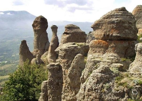 5 МИСТИЧЕСКИХ МЕСТ КРЫМА Крым удивительное место, где можно вовсю ощутить гармонию жизни. Трудно найти нечто более пленительное, чем крымские пляжи, горные массивы и природные заповедники.
