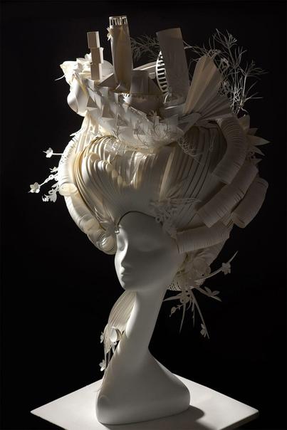Миниатюрные миры на высоких бумажных париках Художники из Санкт-Петербурга Ася Козина и Дмитрий Козин размещают миниатюрные миры на своих высоких бумажных париках. Подробные головные уборы