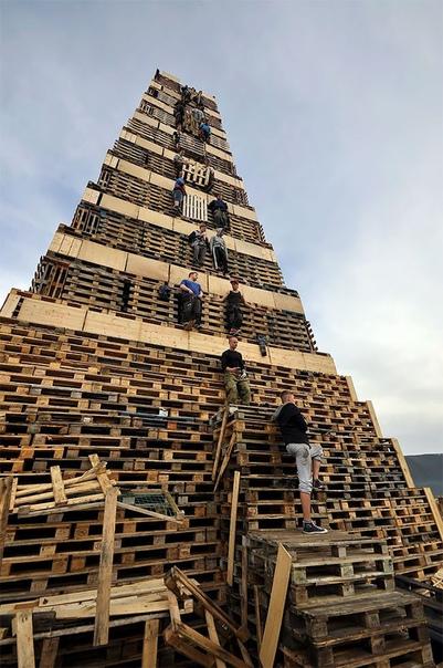 Слиннингсбалет: самый большой костер в мире Чтобы лицезреть самый большой на планете костер, нужно отправиться в холодный норвежский город Олесунн. Здесь, на искусственном острове, из деревянных