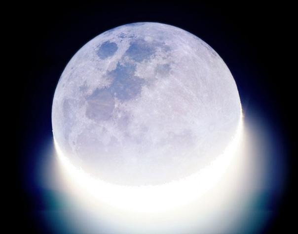 """Снимок луны """"Свет Солнца против сияния Земли"""""""
