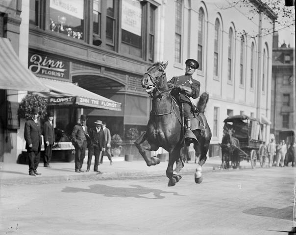 Конный полицейский на улице Бостона, США (1920-е годы)