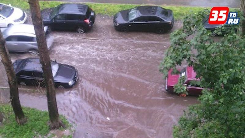 Дороги превратились в реки непогода в Череповце устроила испытание ливнёвкам