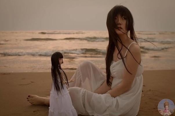 Японка фотографируется со своей кукольной копией