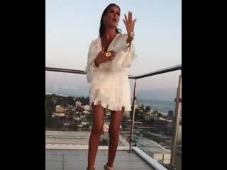 Кети топурия станцевала на балконе своего гостиничного номера
