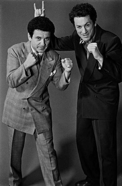 Актёры Джо Пеши и Роберт Де Ниро на съёмках фильма «Бешеный бык» (США, 1979 год).