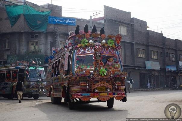 Пакистанские грузовики: шедевры на колесах. часть 1Многие водители души не чают в своем «железном коне», заказывают различные виды тюнинга, украшают его аэрографией. Но все же лишь немногие