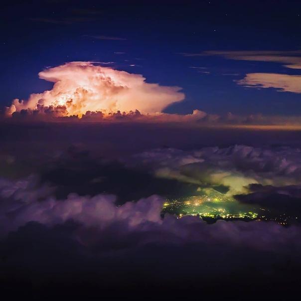 Грозовое кучевое облако, снятое с вершины вулкана Фудзияма (Япония)