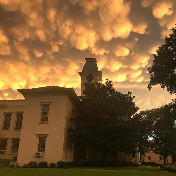 Облака-мамматусы над городом Ван-Бьюрен (Арканзас, США)