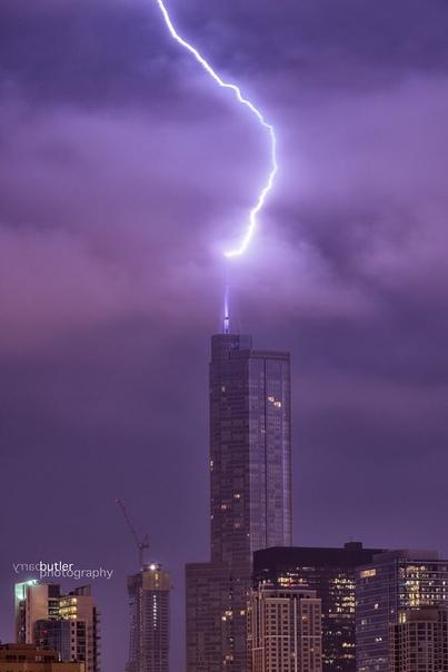Удар молнии по Trump International Hotel & Tower Chicago ранним утром