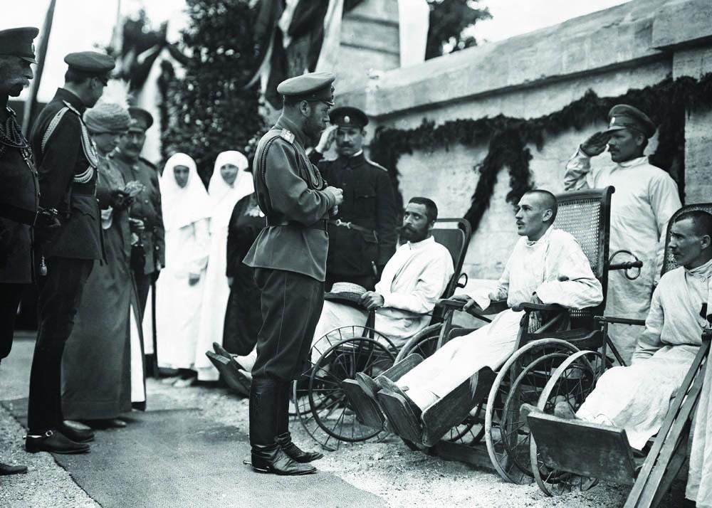 Николай II и раненные солдаты