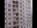 Бесстрашная бабуля сидит на козырьке 9 этажа
