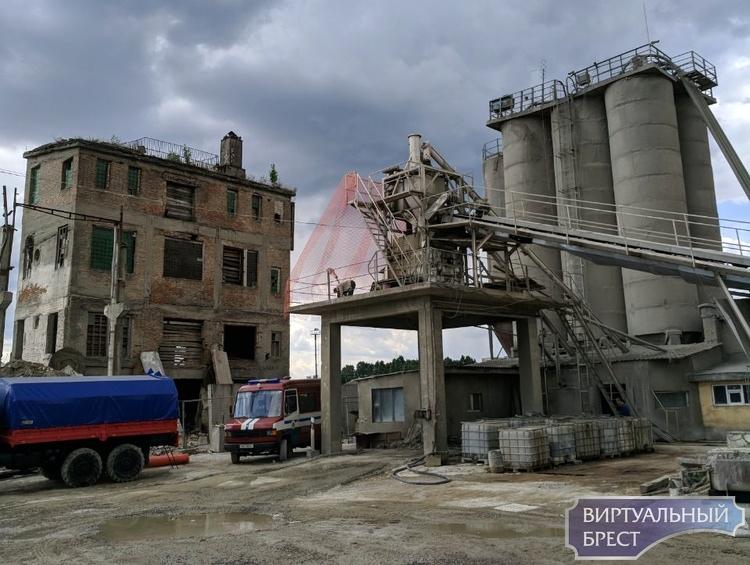 Сотрудники МЧС взорвали старое здание в Бресте в районе ГОБК