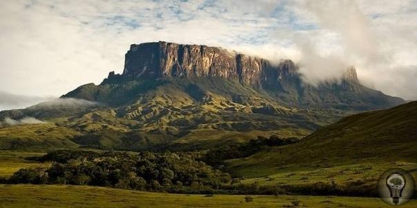 Плато Рорайма - рукотворная пирамида Это одна из наиболее неприступных гор Гвианского плоскогорья. В начале XIX века редкий местный житель, не говоря об иностранцах, бывал на ее вершине.Гладкие